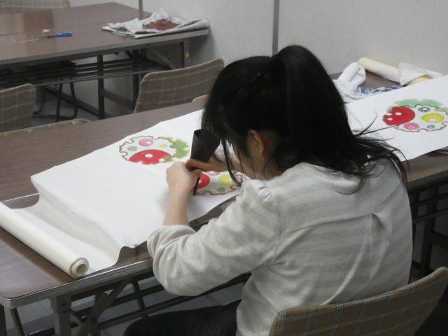 手描き友禅の作品制作中